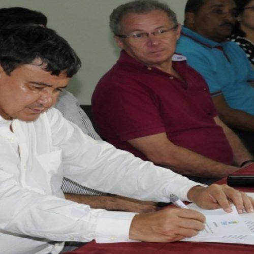 Governador anuncia 200 vagas na UAB de Santa Cruz do Piauí