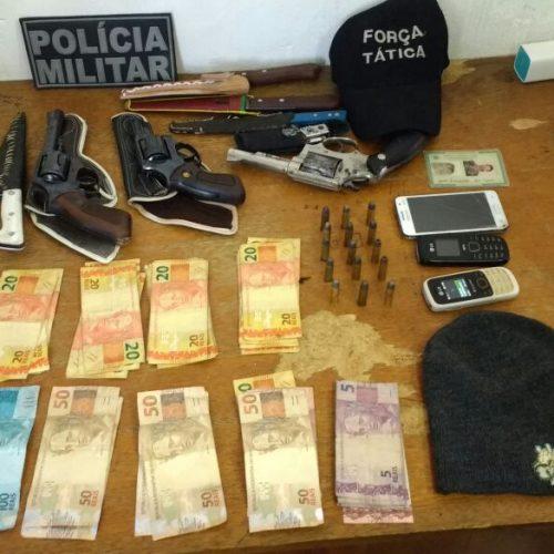 PATOS   Polícia prende três pessoas e apreende motos, armas e dinheiro suspeito