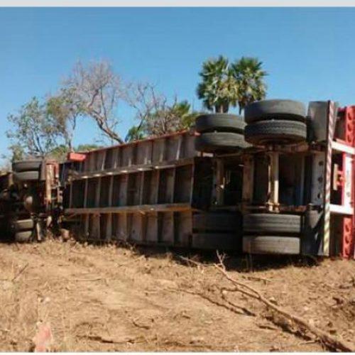 Caminhão capota na PI-113 entre Cabeceiras e Barras
