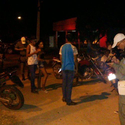 """PM de Picos deflagra """"Operação Saturação"""" e apreende seis motos e uma pessoa é presa acusada de tráfico"""