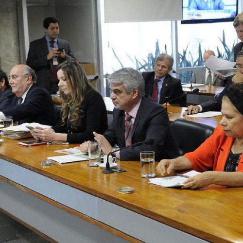 Comissão aprova proposta de Regina que reduz salário de políticos em 20%