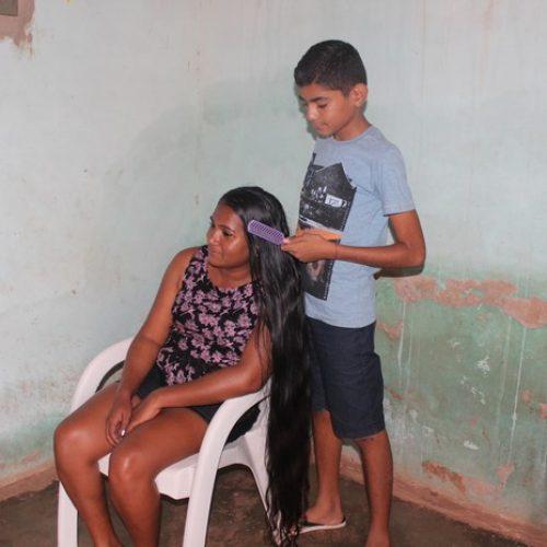 No Piauí, mãe põe cabelo à venda para comprar moto e levar filho pra escola