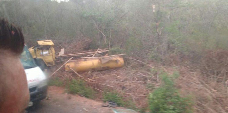 Carro-pipa tomba e motorista morre após ficar preso nas ferragens