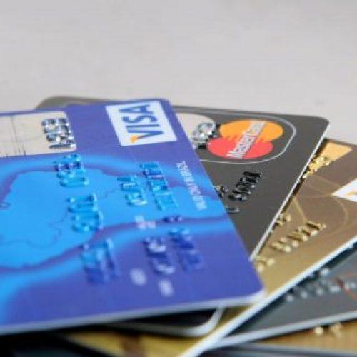 Juros do cartão de crédito serão reduzidos pela metade, anuncia Governo Federal