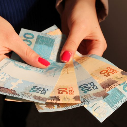 Salário mínimo passa a ser R$ 1.045 a partir deste sábado (1º)