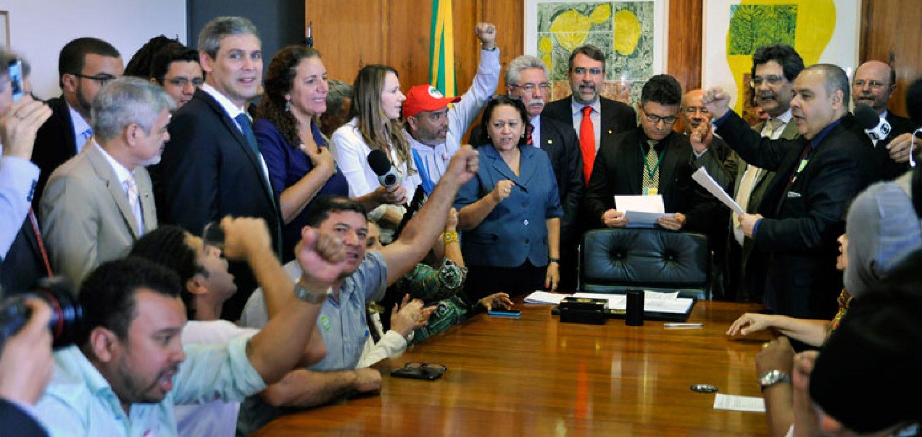Movimentos sociais protocolam pedido de impeachment de Temer