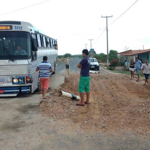 Ônibus fica preso em obra inacabada da Prefeitura de Jaicós; fotos