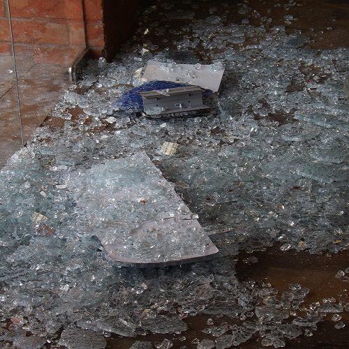 Jovem que estaria embrigado quebra o vidro de agência da Caixa no Piauí