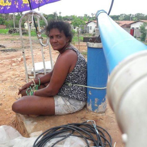 Moradora fica amarrada a poço por 30h em protesto contra falta d'água