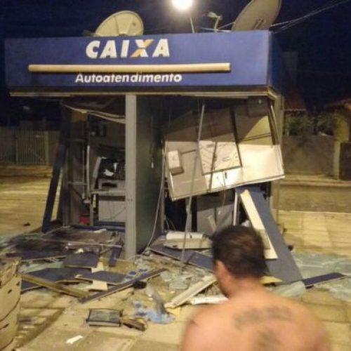 Bando explode caixas eletrônicos e dispara contra pousada no litoral do Piauí