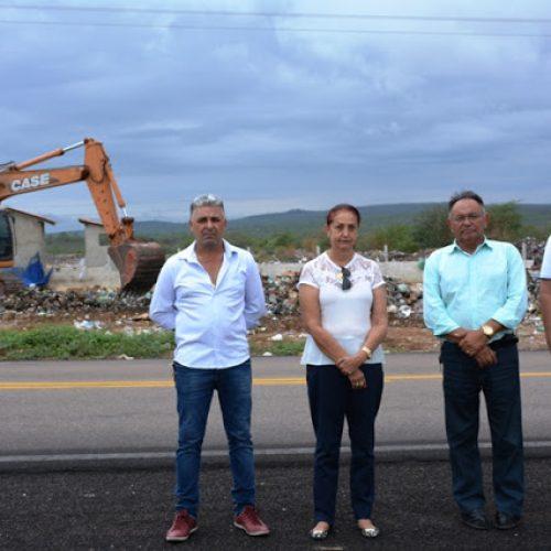 FRONTEIRAS   Prefeita Maria José acompanha remoção de lixo do aterro sanitário ; mais uma ação da sua gestão