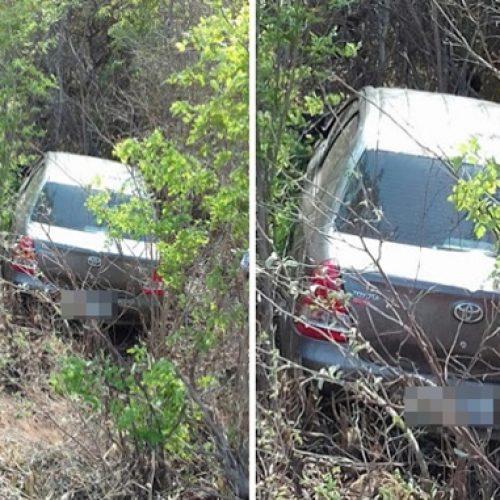 Motorista tenta desviar de buraco e cai em barranco no Norte do estado