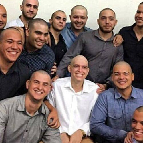 Estudantes do Piauí raspam a cabeça para homenagear amigo com câncer na Formatura