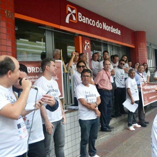 Atendimento no BNB atrasa por 1 hora em protesto contra fechamento