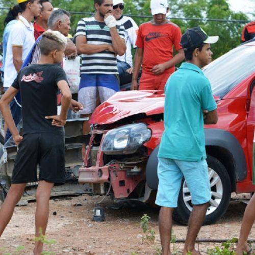 Fiat fica parcialmente destruído após colidir com caminhão em Fronteiras; fotos!