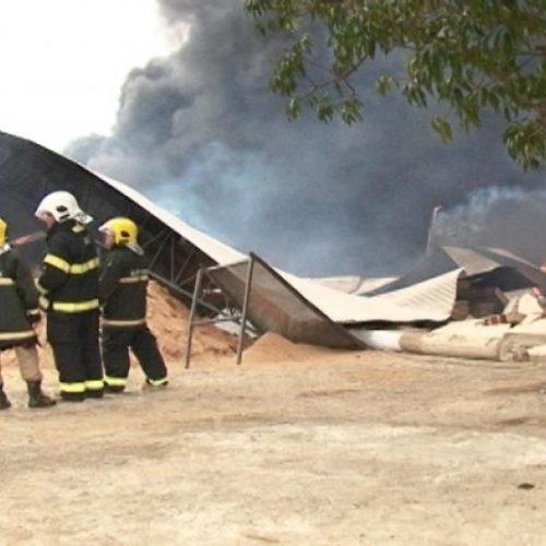 Galpão de fábrica de sacolas pega fogo em Picos