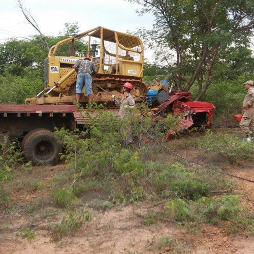 Trator esmaga cabine de caminhão e mata duas pessoas em estrada entre Inhuma e Valença