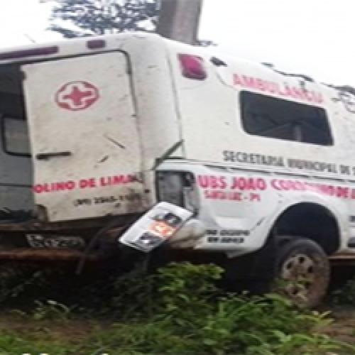 Ambulância capota em estrada do Piauí e deixa dois feridos