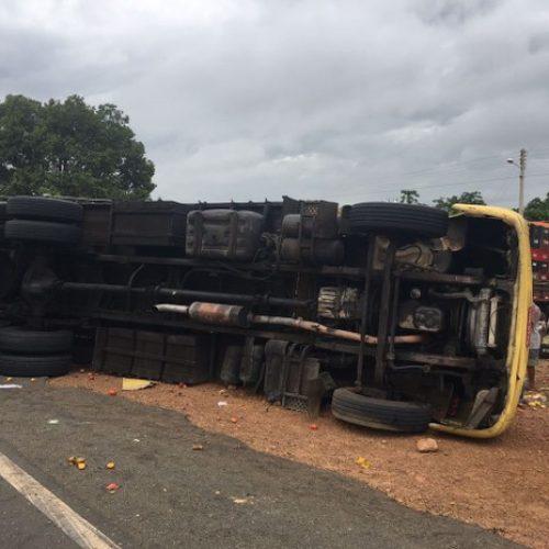 Caminhão tomba, deixa três feridos e uma pessoa morta na BR-316