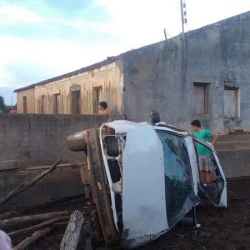 PICOS   Carro capota, motorista é arremessado contra casa e morre