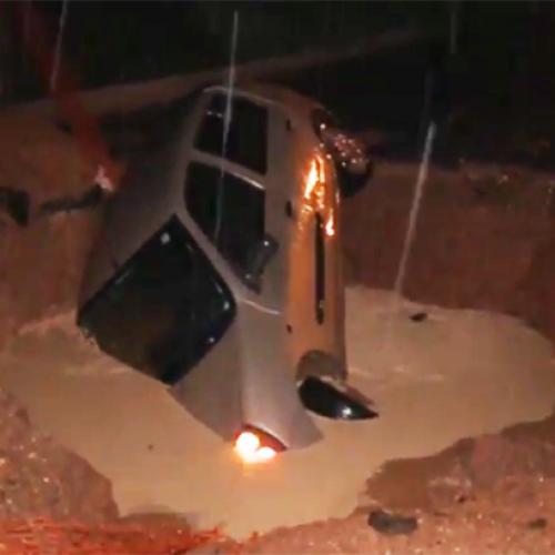 Durante chuva carro cai dentro de 'cratera' no Piauí