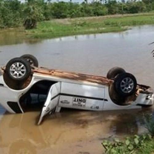 Motorista desvia de buraco e acaba caindo dentro de barragem no Piauí
