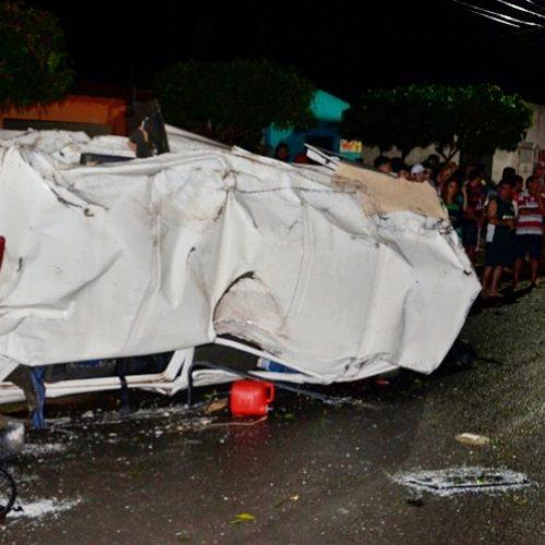 Mulher morre e 5 pessoas ficam feridas após Kombi bater em árvore e capotar no Piauí; veja fotos