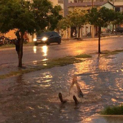 PICOS| Um homem foi flagrado nadando em avenida inundada durante chuva
