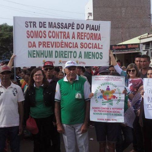 Agricultores e sindicalistas de Massapê do Piauí participam de manifestação contra a reforma previdenciária