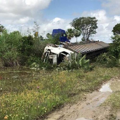 Caminhão carregado de gado tomba e motorista fica ferido no interior do Piauí