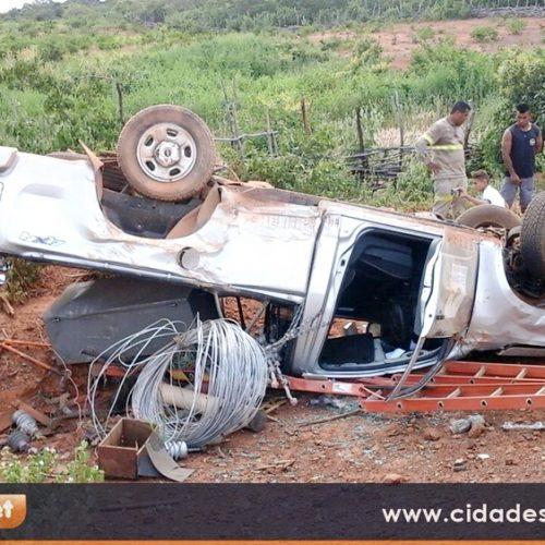 Carro da Eletrobras capota próximo à cidade de Vera Mendes; veja imagens