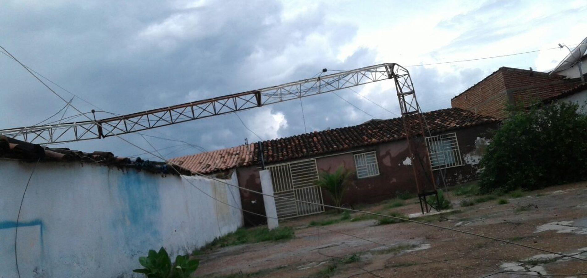 SÃO JULIÃO   Torre de internet cai após ventania e atinge quatro casas