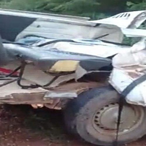 Colisão entre ônibus e kombi mata dois na BR- 135