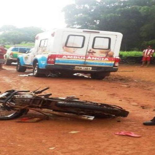 Pilotando motocicleta, criança de 10 anos colide com ambulância e morre
