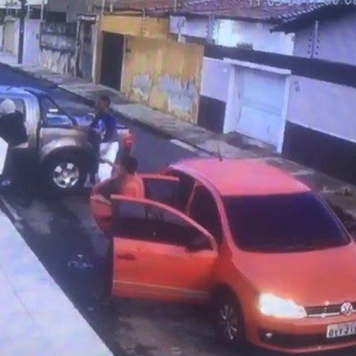 Quadrilha assalta casa e faz família de PRF refém; vídeo registra ação