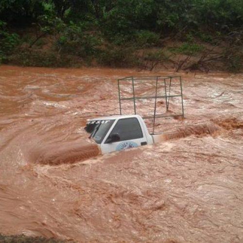 Picape tenta atravessar riacho no Piauí e quase é arrastada pela correnteza