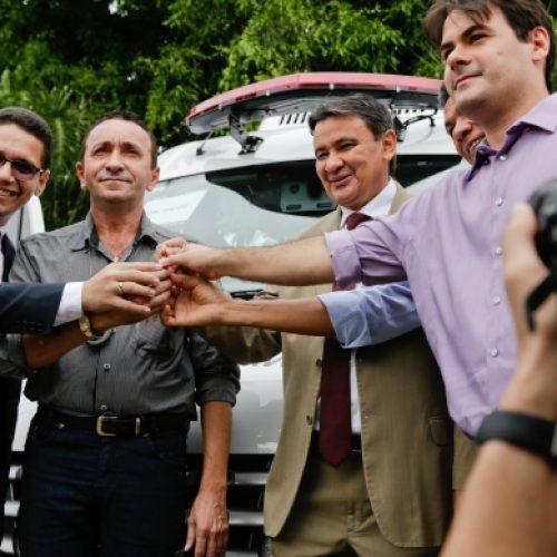 Governo entrega sete viaturas a Sejus para deslocamento de presos