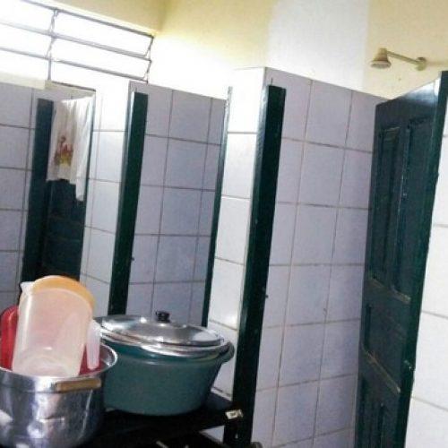 Lanche de escola municipal de Picos é preparado dentro de banheiro,  denunciam pais