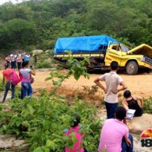 Alunos se machucam após  'pau-de-arara' quase capotar no Piauí; fotos