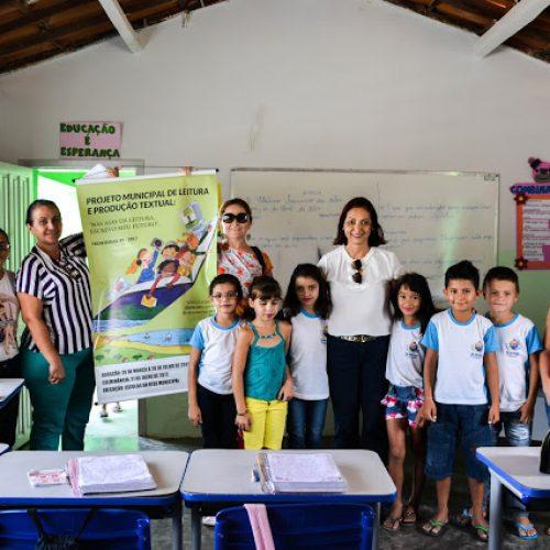Prefeita de Fronteiras faz entrega de livros didáticos em escolas da Zona Rural
