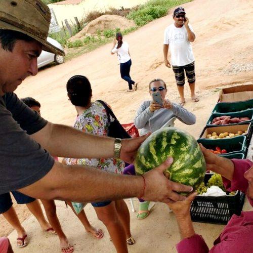 Vereador Cláudio do Milton também distribui peixes e alimentos do Compra Direta em Alegrete do PI