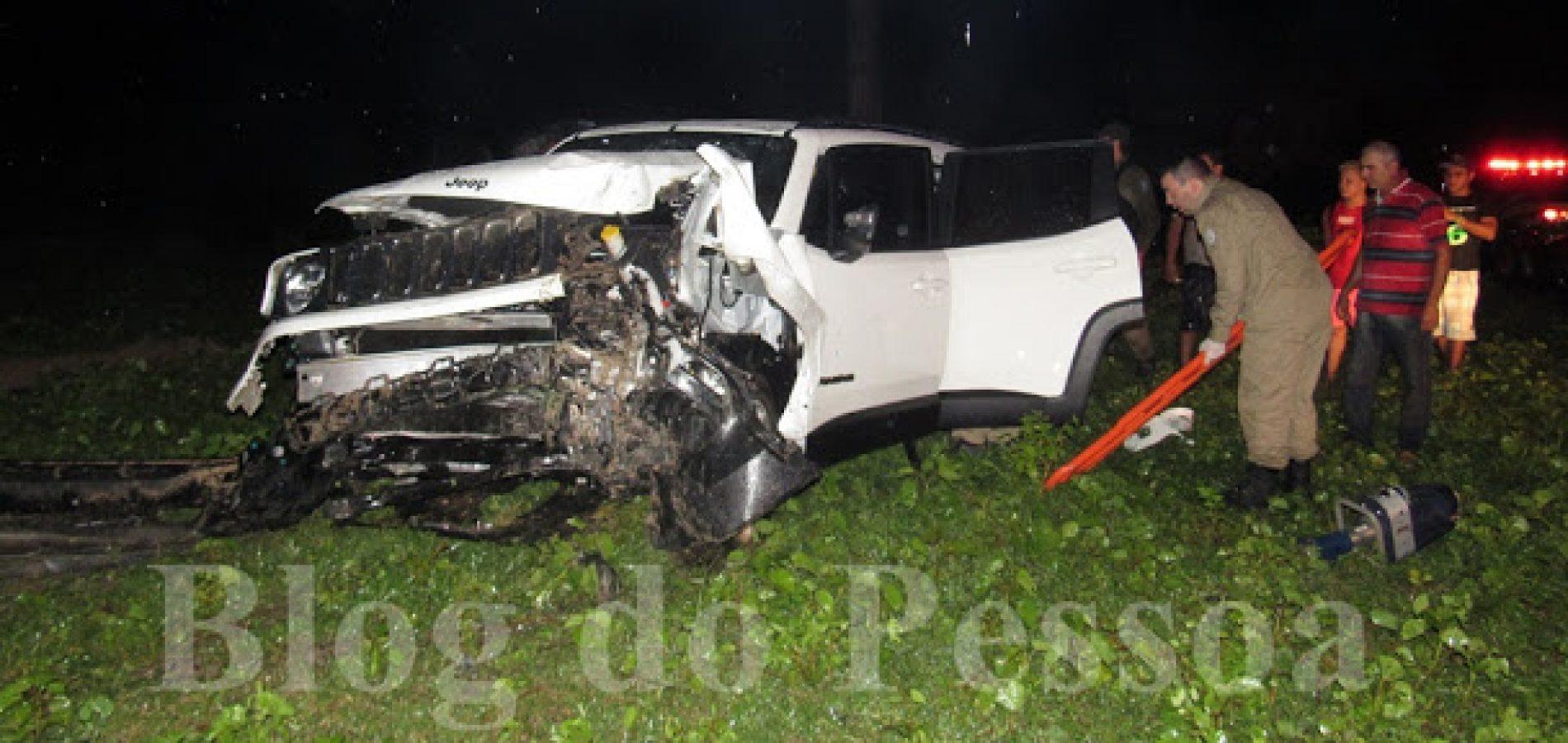 Três mulheres ficaram feridas após carro colidir com poste em rodovia