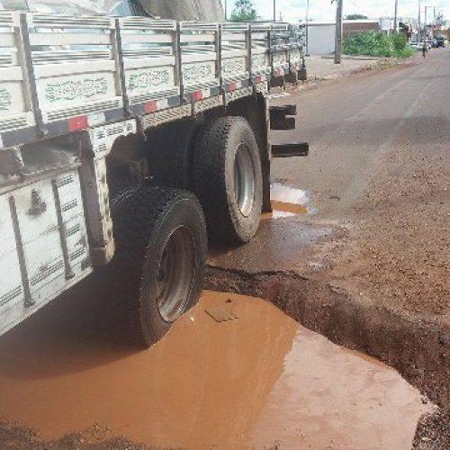 Caminhão fica preso em buracos de Avenida em Picos