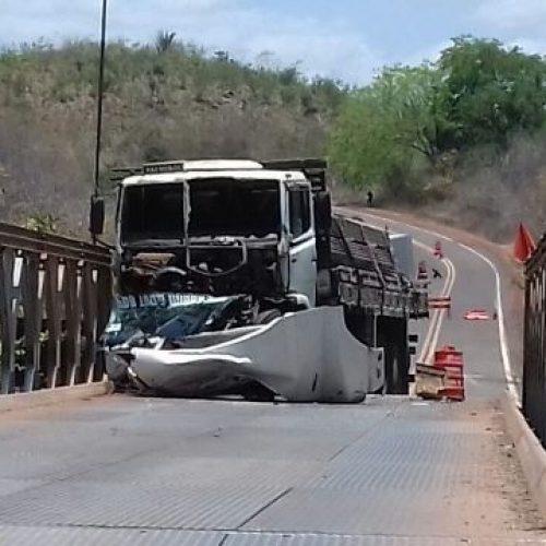 Caminhão carregado de Cisternas colide em Ponte na zona rural do PI