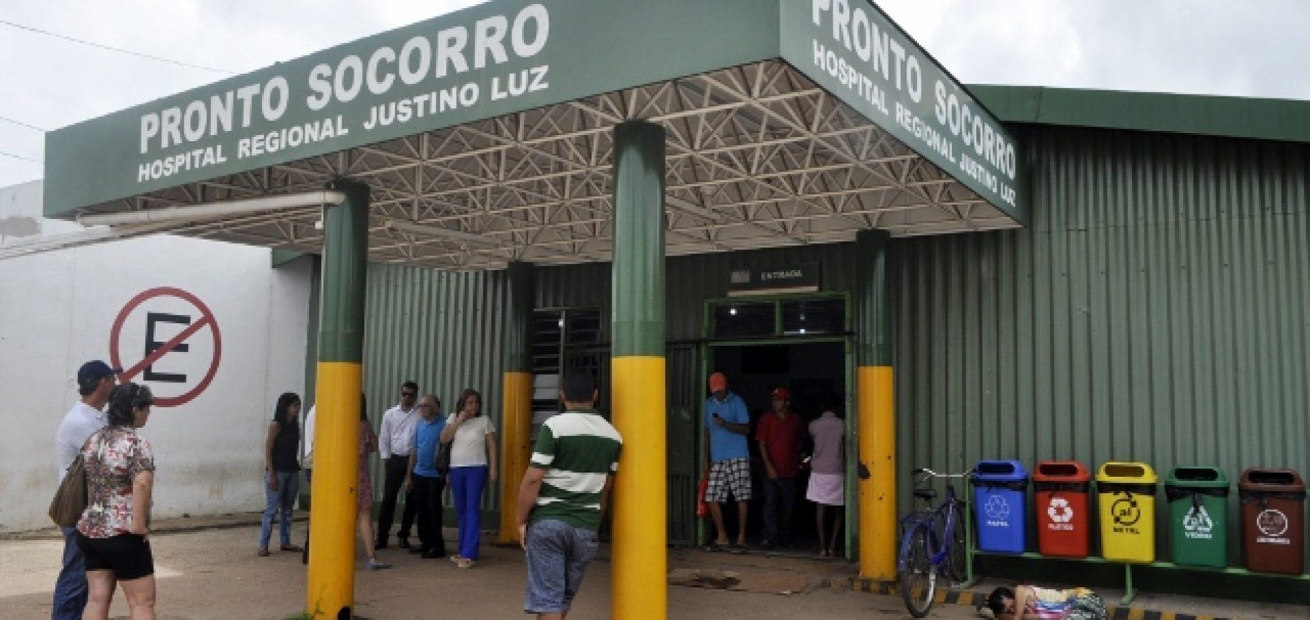 Pacientes são atendidos em corredor no Hospital Regional Justino Luz em Picos