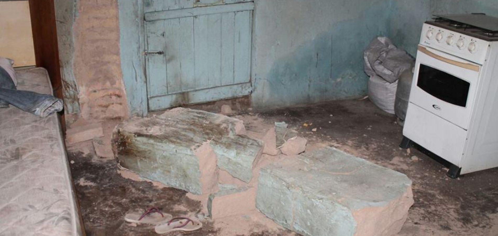Parede de casa desaba, mata mulher e deixa homem gravemente ferido em Alegrete