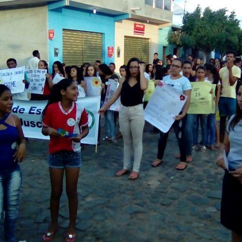 População vai às ruas em defesa das crianças e adolescentes em Caridade do Piauí