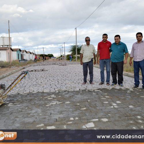 Prefeito de Caridade do Piauí visita obras de pavimentação e eletrificação e fala sobre projetos