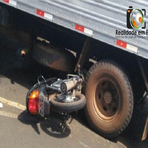 Moto fica embaixo de caminhão baú em acidente em cidade do Piauí