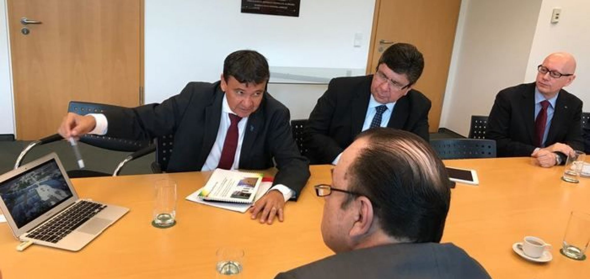 Wellington trata de investimentos na Embaixada do Brasil em Berlim